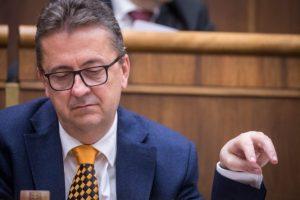 Šándor nepovažuje teraz za nutné vyzývať Glváča na odchod z funkcie po komunikácii s Alenou Zs.