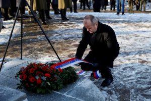 Foto: Minister obrany Peter Gajdoš si osobne uctil obete leteckého nešťastia v Hejciach