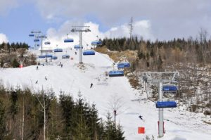 Lyžiari sa počas lyžovania zrazili a utrpeli vážne zranenia, pomáhali aj horskí záchranári
