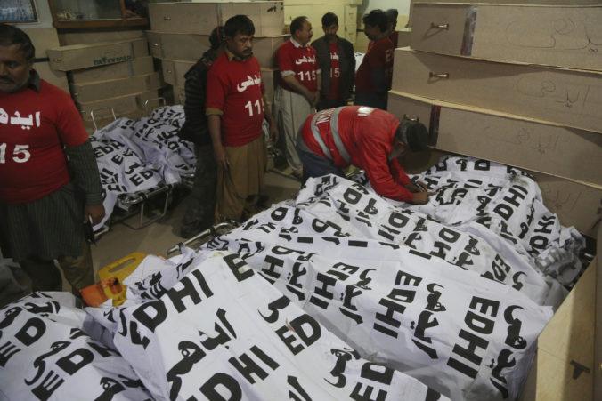 V Pakistane sa zrazil autobus s ropnou cisternou, na identifikáciu obetí musia použiť testy DNA