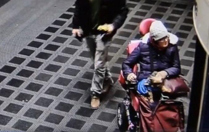 Video: Polícia objasňuje krádež iPhonu, hľadá ženu na invalidnom vozíku