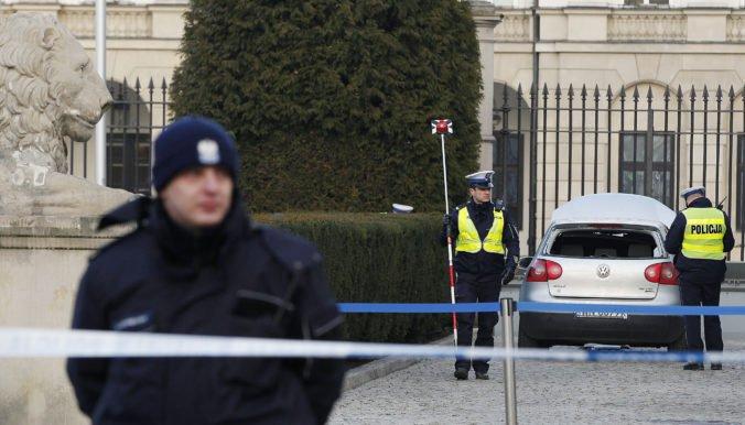Video: Muž narazil do zábrany pred prezidentským palácom vo Varšave, polícia ho zadržala