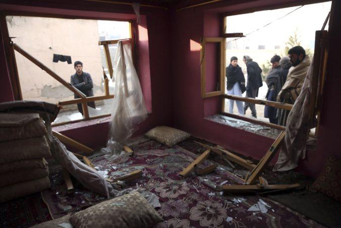 Video: Útok Talibanu neprežili desiatky ľudí, samovražedný útočník odpálil nálože v aute