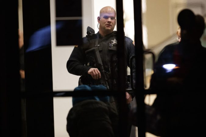 Video: Muž v obchodnom stredisku na predmestí Chicaga zastrelil tínedžera a z miesta činu ušiel