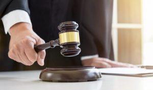 Róbert verbálne a fyzicky napadol ženu pre nefunkčný notebook, odsúdili ho na dva roky za mrežami