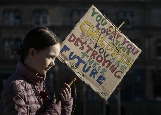 Tisíce študentov sa vybrali namiesto vyučovania do ulíc na demonštrácie, britská vláda to kritizuje