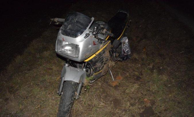 Foto: Motocyklista bez vodičáku, prilby a opitý viezol spolujazdca, na rovnej ceste skončili v priekope