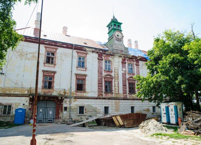 Schválený rozpočet mesta Hlohovec ráta aj s pokračovaním rekonštrukcie Hlohovského zámku