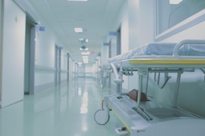 V Banskobystrickom kraji zakázali pre chorobnosť návštevy v nemocniciach a zatvorili 75 škôl
