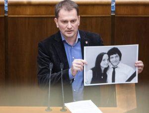Slovensko potrebuje podľa opozície takých statočných ľudí, akými boli zavraždení Kuciak a Kušnírová
