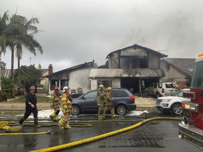 Video: Nad mestom Yorba Linda sa rozpadlo lietadlo, jeho časti zapálili dom