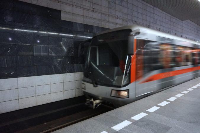 Žena spadla v Prahe pod metro, bola na mieste mŕtva