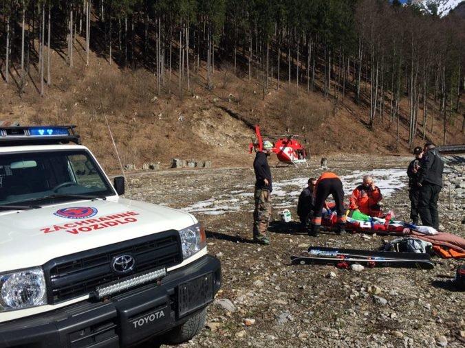 Foto: Vo Vrátnej spadol paraglajdista, pomáhali mu horskí aj leteckí záchranári