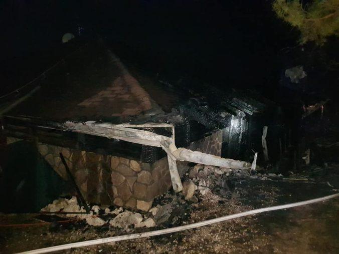 Foto: Hasiči zasahovali pri požiari chaty v obci Habura, oheň sa rýchlo šíril