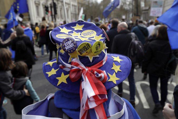 Video: Londýnom pochodujú tisíce demonštrantov a žiadajú vypísanie nového referenda o brexite