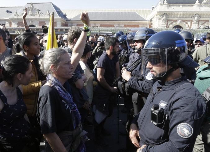 Na protestoch žltých viest sa zúčastnilo viac ako 40-tisíc ľudí, hospitalizovať museli jedného policajta