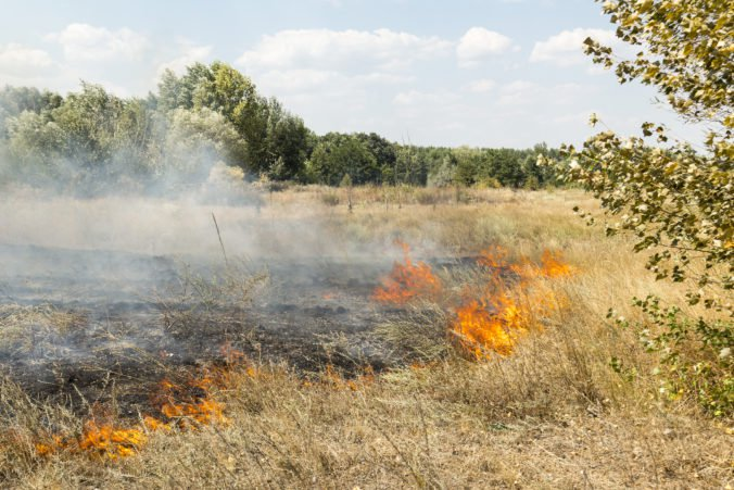 Hasiči zasahujú v katastri obce Tisovec pri rozsiahlom požiari trávnatého porastu