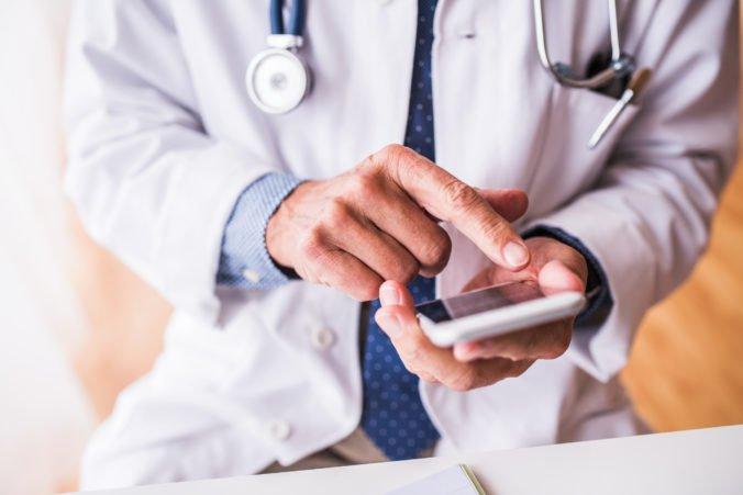 Študenti vyvinuli zariadenie vo veľkosti mobilného telefónu, ktoré má v sebe nielen funkciu EKG