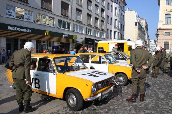 Foto: V Bratislave si pripomenuli Sviečkovú manifestáciu, simulovali i zásah bezpečnostných zložiek