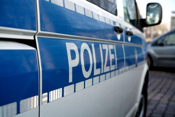 Polícia v Nemecku zatkla desať ľudí, údajne chceli autom a zbraňami zabiť čo najviac neveriacich