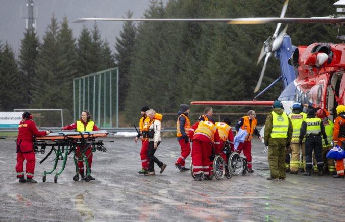 Video: Evakuovali stovky ľudí z výletnej lode v Nórsku, záchranári ju pomáhajú odtiahnuť do prístavu