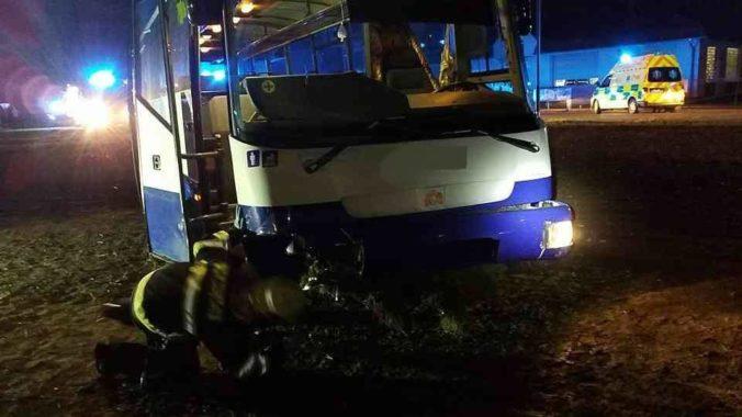 Foto: Autobus sa v Dražkoviciach zrazil s osobným autom, nehoda si vyžiadala niekoľko zranených