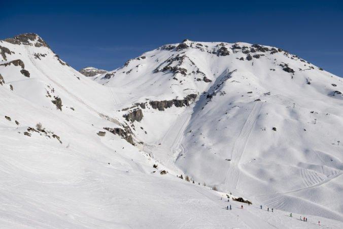 Štyria ľudia sú nezvestní po páde lavíny vo švajčiarskych Alpách