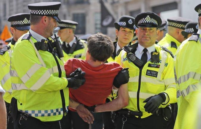"""Polícia zatkla počas protestov stovky ekologických aktivistov, ktorí chcú """"vypnúť Londýn"""""""