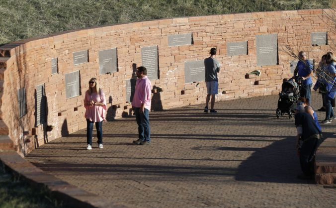 Video: Američania si pripomenuli 20. výročie masakry na strednej škole v Columbine