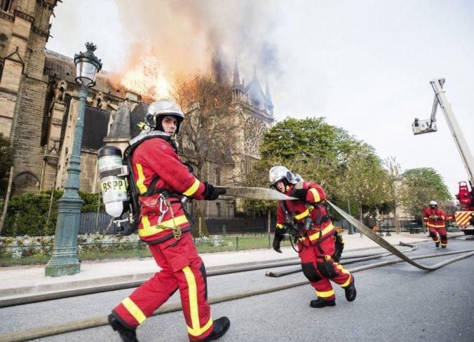 Francúzsko si uctí hasičov, ktorí zabránili úplnému zničeniu katedrály Notre Dame