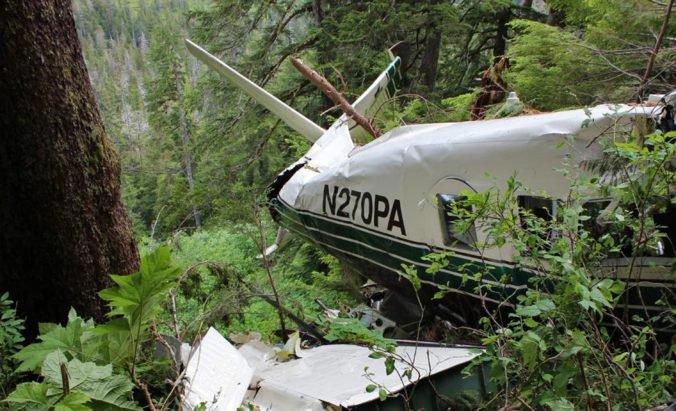 Malému lietadlu sa počas letu oddelilo krídlo a zrútilo sa, v stroji boli dvaja ľudia