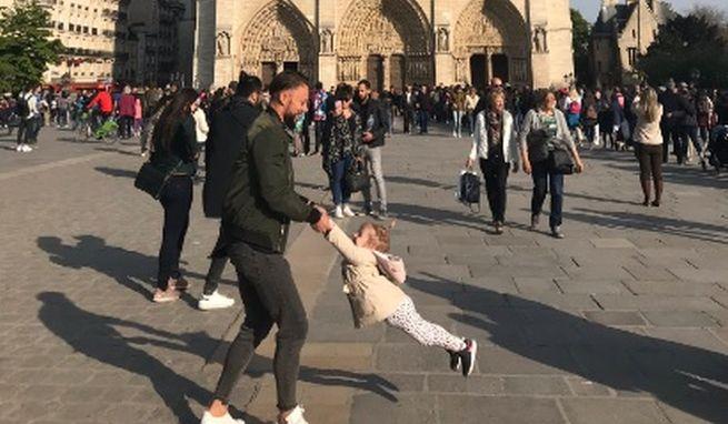 Twitter je posadnutý fotografiou dievčatka pred katedrálou Notre-Dame