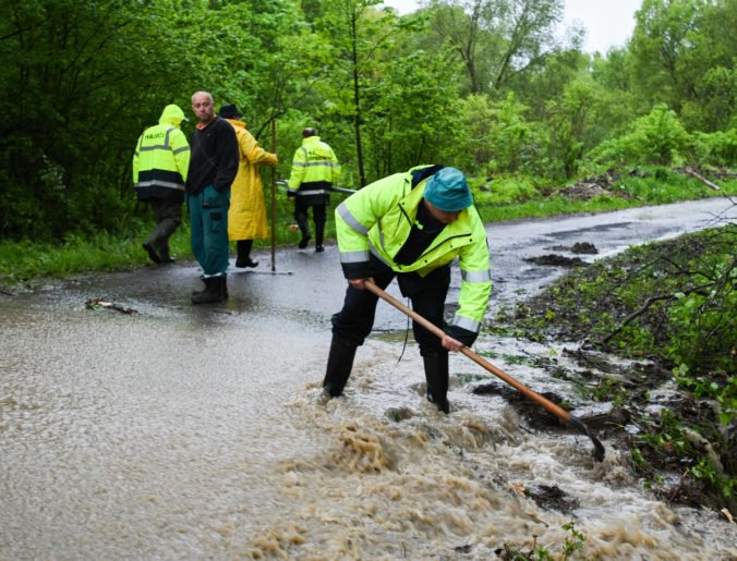 Dažde spôsobili zosuvy pôdy aj poškodenie brehov, hladina riek v Žilinskom kraji sa stabilizuje