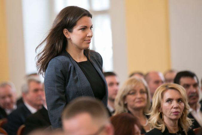 Mayová si zaslúži obdiv, obhajuje britskú premiérku poslankyňa Cséfalvayová