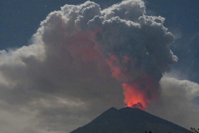 Video: Sopka Agung na ostrove Bali je aktívna, jej výbuch si vyžiadal rušenie letov