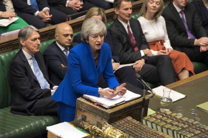 Britská vláda odložila hlasovanie o brexite, premiérku Mayovú vyzývajú k odstúpeniu