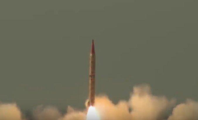 Video: Pakistanská armáda úspešne otestovala balistickú raketu schopnú uniesť jadrovú hlavicu
