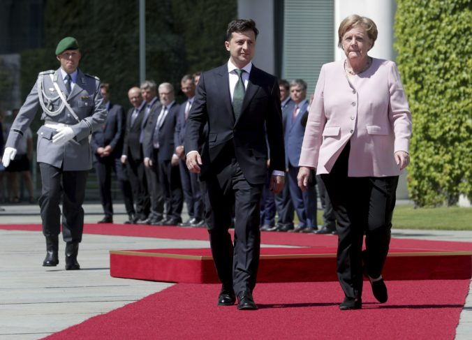Video: Kancelárka Merkelová bola dehydrovaná, na ceremónii sa celá triasla