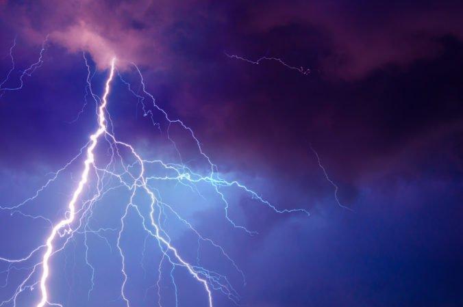 Silné búrky v Európe pripravili o život dve ženy, jedna sa utopila a druhú zavalil strom