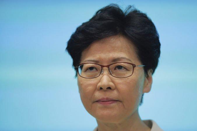 Líderka Hongkongu Lamová sa ospravedlnila za kontroverzný návrh zákona, ale rezignovať nemieni