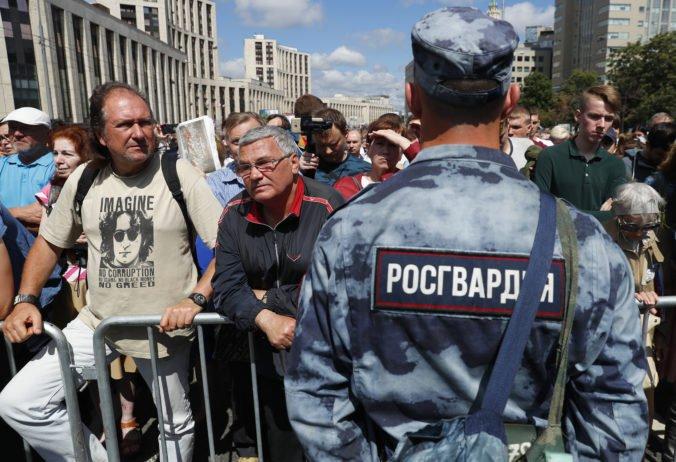 Vyše tisíc ľudí v Moskve opäť protestovalo proti zneužívaniu moci zo strany polície