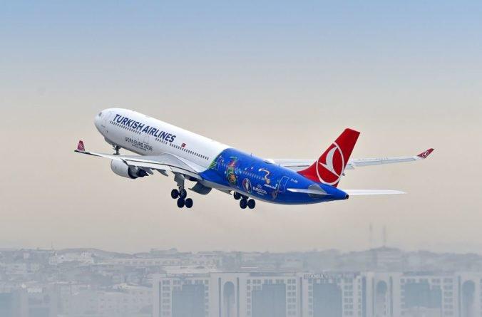 Turecké lietadlo sa po vyčíňaní muža muselo vrátiť do Istanbulu, cestujúci kričali od strachu