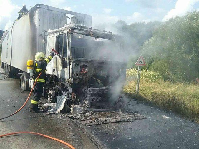 Foto: Kamión s komunálnym odpadom zachvátil oheň, požiar sa hasičom podarilo lokalizovať