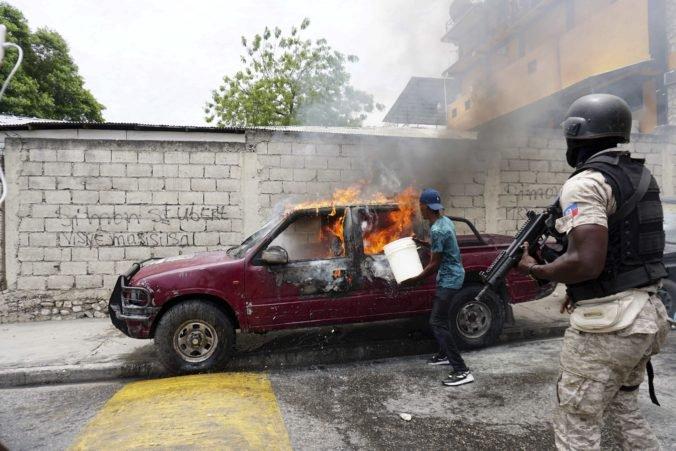 Muž sa podpálil pred japonským veľvyslanectvom, polícia našla v zaparkovanom aute horľaviny