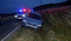 Foto: Poriadne opitý vodič prešiel na rovnej ceste do protismeru a vletel do priekopy