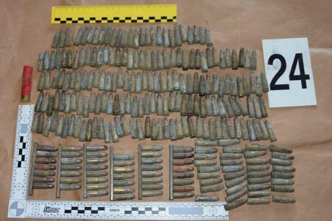 Foto: Policajti našli pri domovej prehliadke zbrane a muníciu, muž skončil v cele
