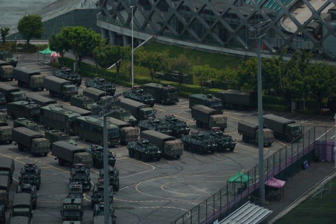 Čínske polovojenské jednotky nacvičujú v susedstve Hongkongu zásah proti demonštrantom