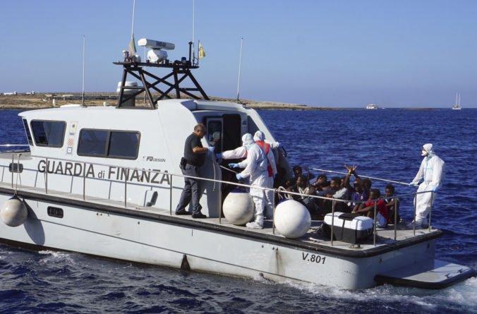 Salvini ustúpil a povolil niekoľkým mladistvým migrantom opustiť záchrannú loď Open Arms