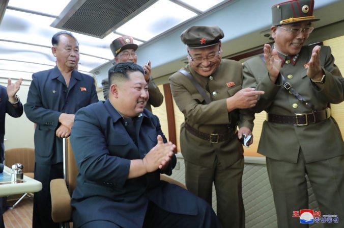 Kim Čong-un sa zúčastnil na teste rakiet krátkeho doletu, s jeho úspešnosťou bol veľmi spokojný
