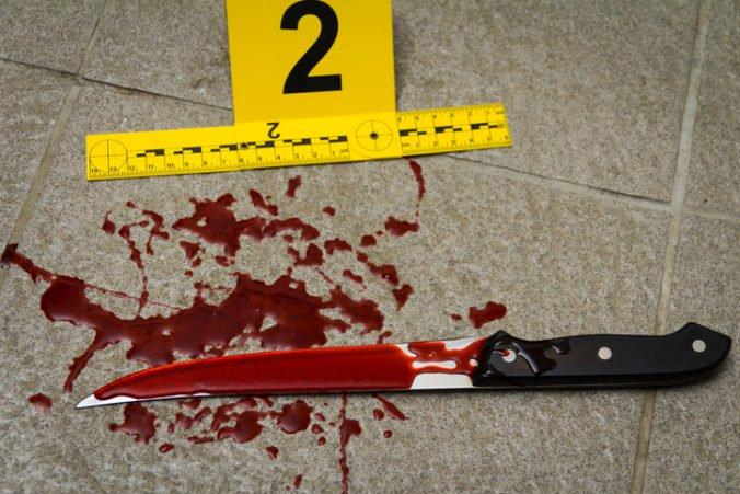 Policajti vyšetrujú vraždu ženy v Rimavskej Sobote, podozrivý muž podľahol bodným zraneniam